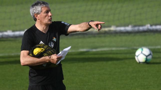 El entrenador del Betis, Quique Setién, durante un entrenamiento (Foto: J. J. Úbeda)