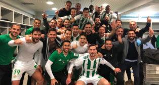 Los jugadores del Betis celebran en el vestuario el triunfo en Getafe (Foto: @vicama8).