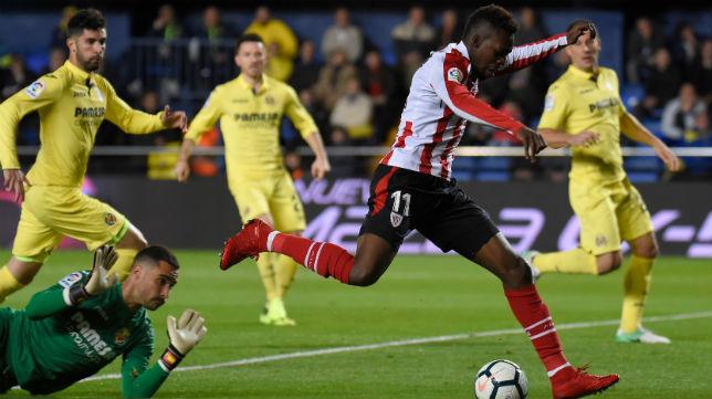 El atacante del Athletic Williams supera al portero del Villarreal, Asenjo. (Foto: AFP)
