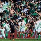 Los jugadores del Betis celebran el gol de Bartra ante el Sevilla (foto: AFP)
