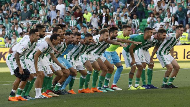 Los jugadores del Betis, tras el derbi con el Sevilla (foto: EFE)