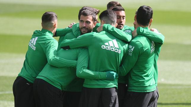 Jordi Amat, abrazado por sus compañeros en el entrenamiento (Foto: Juan José Úbeda).
