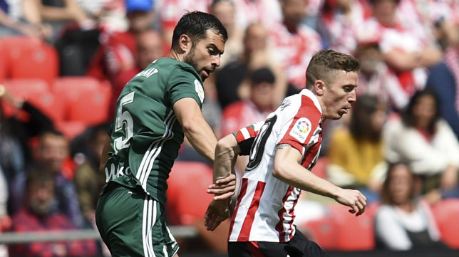 Amat trata de tapar a Muniain en un lance del Athletic-Betis (Foto: JM. Serrano Arce/ABC)