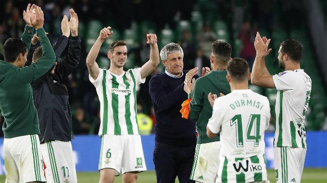 Setién celebra con sus jugadores el pase a competición europea tras ganar al Málaga (Foto: Raúl Doblado)