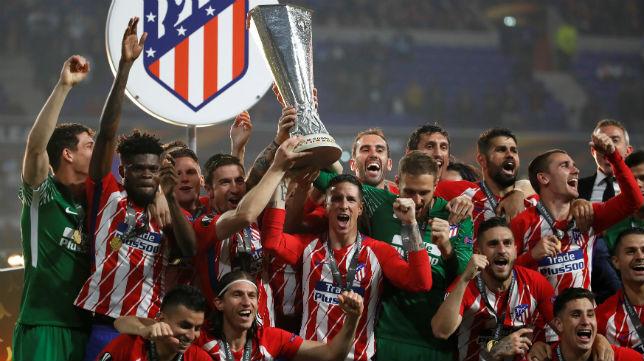 Los jugadores del Atlético de Madrid levantan la copa de la Europa League (Reuters)