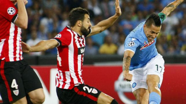 El jugador del Athletic Balenziaga trata de frenar el avance del futbolista del Nápoles Hamsik (Foto: AFP)