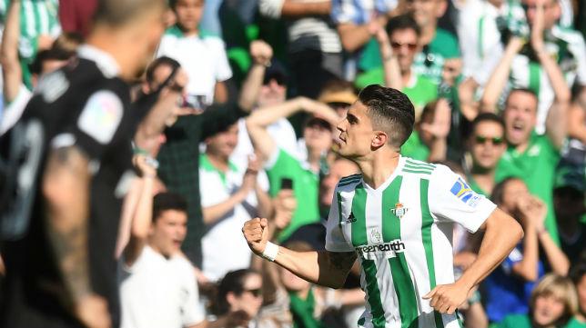 Bartra celebra con la grada del Villamarín el gol que le marcó al Sevilla (Foto: J. J. Úbeda/ABC)