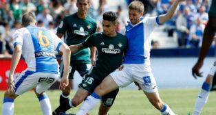 Bartra disputa un balón con el jugador del Leganés Brasanac (Foto: EFE)