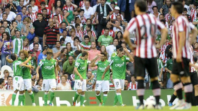 Los jugadores del Betis celebran uno de los goles anotados en la visita a San Mamés en la temporada 12-13 (Foto: AFP)