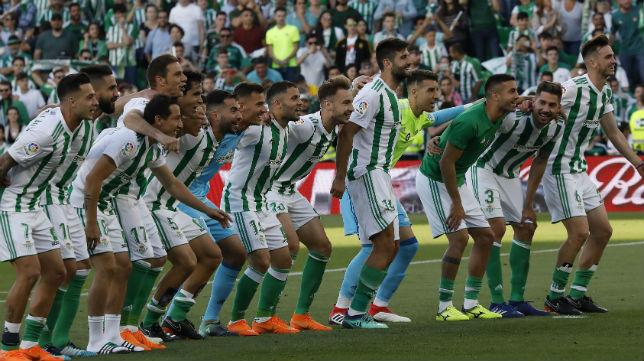 Los jugadores del Betis, tras el derbi disputado en el Benito Villamarín (Foto: Raúl Doblado)