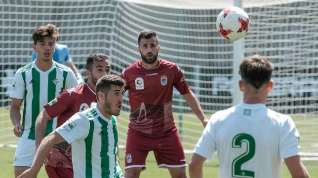 Lance del Betis Deportivo-Badajoz jugado este domingo en la Ciudad Deportiva Luis del Sol (Foto: @RBetisCantera)