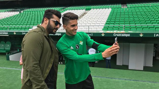 Arjun Kapoor, actor de Bollywood, se hace un selfie con Bartra (Foto: LaLiga).