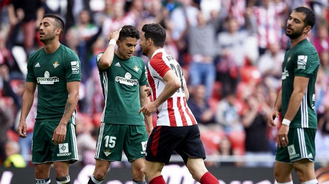 Camarasa, Bartra y Amat hacen gestos de desaprobación tras el gol de Aduriz en el Athletic-Betis (Foto: Juan Manuel Serrano Arce/ABC)