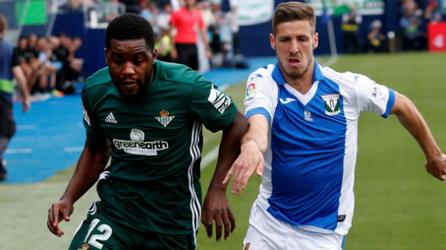 Campbell disputa un balón con el jugador del Leganés Rubén Pérez (Foto: EFE)