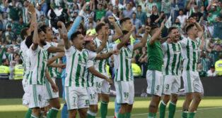 Los jugadores del Betis celebraron con la afición la sexta posición y acabar por delante del Sevilla (Foto: Raúl Doblado/ABC)