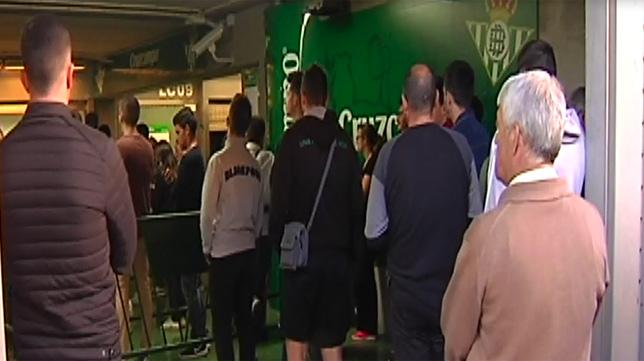 Colas en las taquillas del estadio del Betis