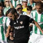Fabián pugna con Sarabia ante la mirada de Joaquín (Foto: Raúl Doblado/ABC)