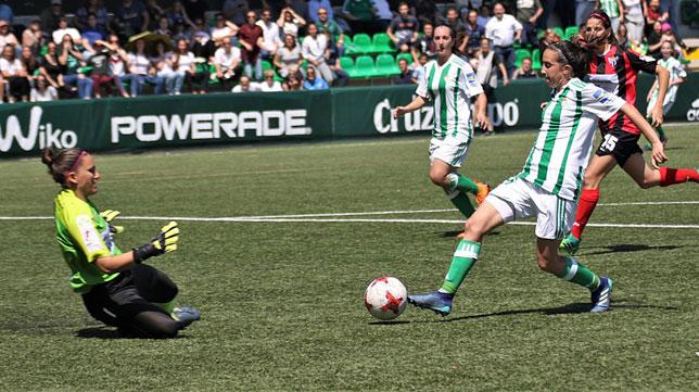 Virgy trata de superar a Sara (Foto: Real Betis).