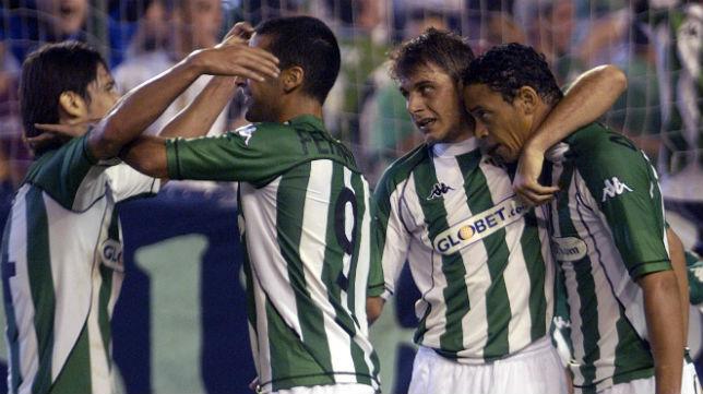 Varios jugadores del Betis celebran un gol ante el Valencia en la temporada 04-05 (Foto: Díaz Japón)