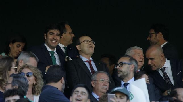 Ángel Haro y José Castro en el palco del Villamarín al comienzo del derbi (Foto: Raúl Doblado/ABC)