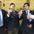 Setién, Joaquín, Haro y Catalán, brindando en la Feria (Foto: Juan José Úbeda).