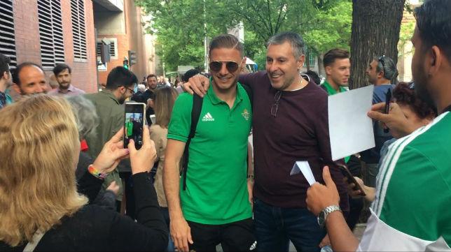 Joaquín se hace una foto con un aficionado bético a la llegada a la estación de Atocha (Foto: J. S.)