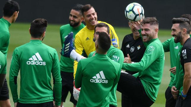 Los jugadores del Betis sonríen durante un entrenamiento (Foto: Juan José Úbeda).
