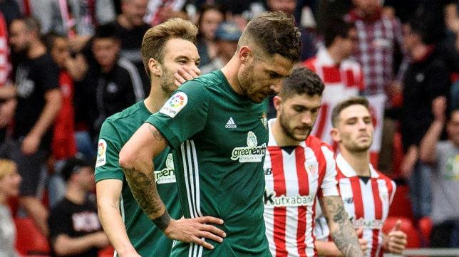 Javi García se muestra cabizbajo tras uno de los goles del Atheltic (Foto: EFE)
