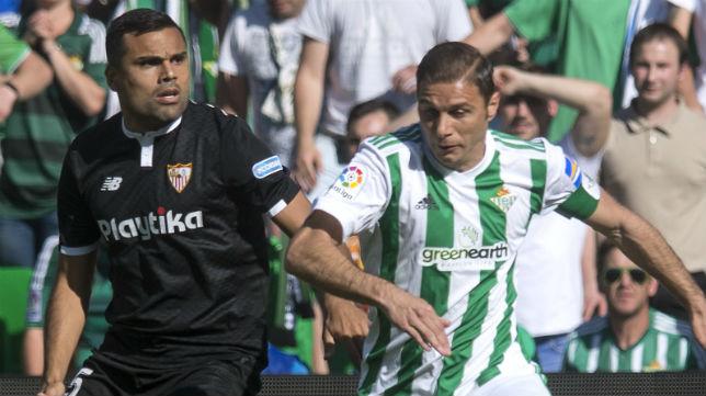 Joaquín y Mercado pugnan por un balón durante el derbi Betis-Sevilla (Foto: J. J. Úbeda/ABC)