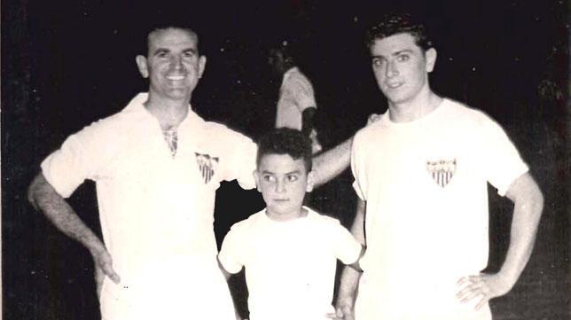 Joaquín, a la izquierda, junto a su hijo y su sobrino Ángel Oliveros