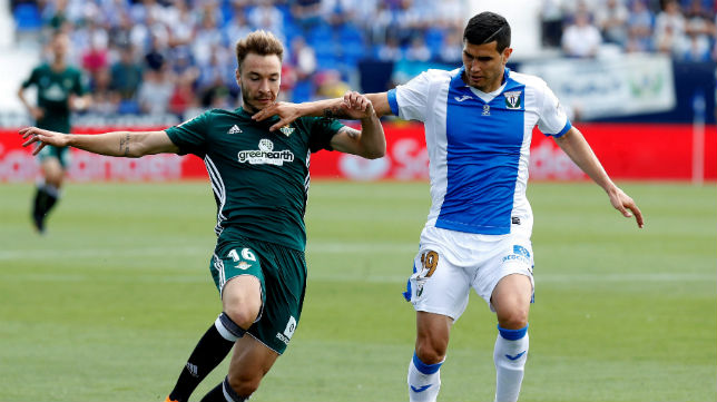 Loren disputa un balón con el jugador del Leganés Muñoz (Foto: EFE)