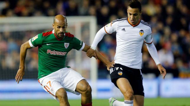 El centrocampista del Athletic Mikel Rico disputa un balón con el futbolista del Valencia Rodrigo (Foto: ABC)