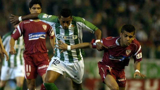Robert, autor del gol que abrió el marcador, pelea por un balón con Daniel Alves (Foto: ABC)