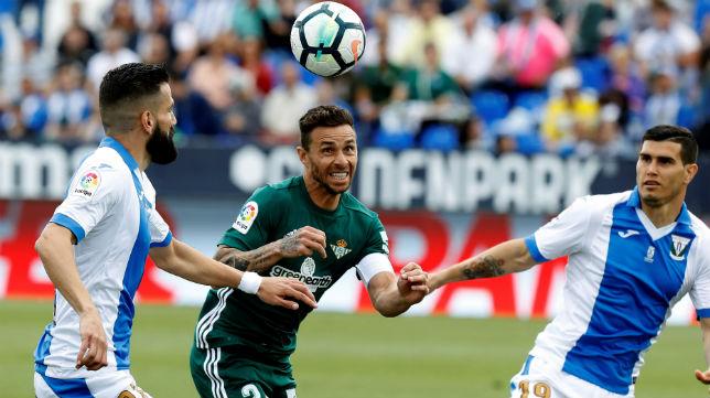 Rubén Castro disputa un balón en el partido jugado en Leganés (Foto: EFE)