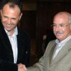 Caparrós y Serra Ferrer se saludan en la temporada 2004-05, la única en la que coincidieron en los banquillos en un derbi