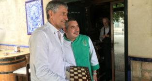 Setién recibió este jueves como presente un ajedrez medieval