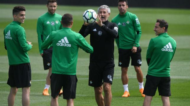 Setién lanza el balón a Joaquín durante un entrenamiento (Foto: J. J. Úbeda)