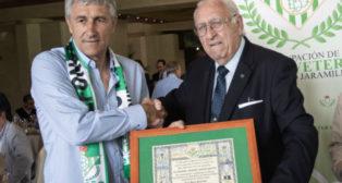 Setién, junto al presidente de la Agrupación de Béticos Veteranos, Joaquín Real. (Foto: Vanessa Gómez)