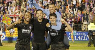Vadillo celebra el ascenso del Huesca con varios compañeros (Foto: @SDHuesca)