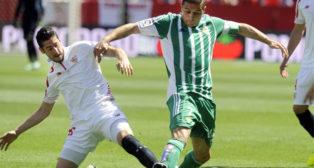 Joaquín, ante Escudero, en el Sevilla-Betis de 2016, donde el Betis vistió calzonas verdes (Foto: Juan José Úbeda).