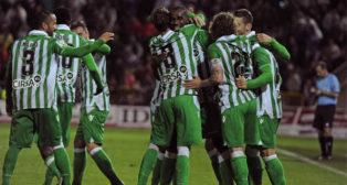 Los jugadores béticos celebran un gol en Los Cármenes en el Granada-Betis de 2013 (Foto: EFE).
