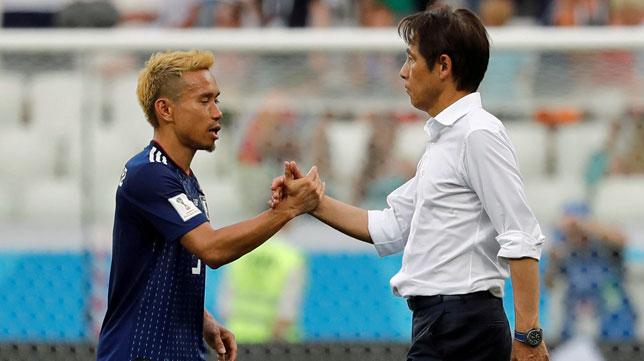 Nagatomo saluda al seleccionador japonés (Reuters/Toru Hanai)