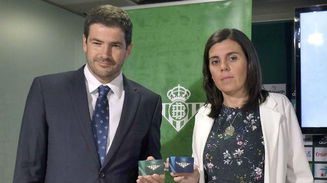 Ramón Alarcón y María Victoria López durante la presentación de la campaña de abonos del Betis 18-19 (Foto: J. M. Serrano/ABC)