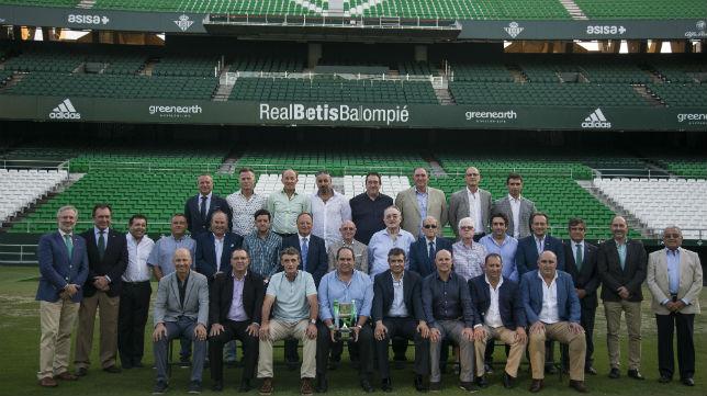 Los campeones de la Copa del Rey posan con Lorenzo Serra Ferrer y varios consejeros en el césped del Villamarín (Foto: RBB)