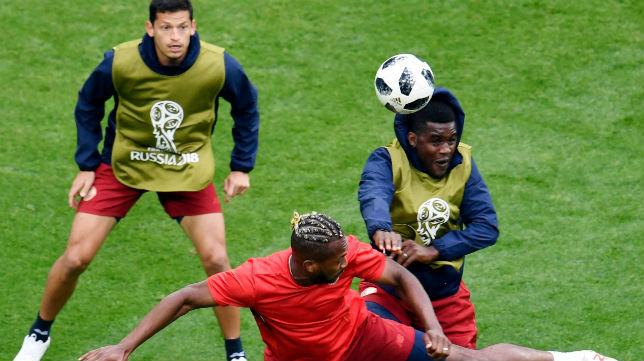 Campbell salta con un compañero durante un entrenamiento en el Mundial (Foto: AFP)