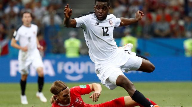 Campbell salva la entrada de un jugador suizo en el partido de la fase de grupos del Mundial (Foto: Reuters)
