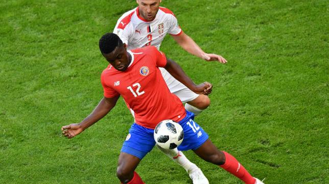 Campbell controla el balón ante Tosic en el Costa Rica-Serbia del Mundial (Foto: AFP)