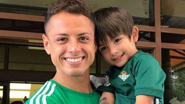 Javier 'Chicharito' Hernández posó con el hijo de Andrés Guardado y su camiseta del Betis (Foto: @sandradlv)