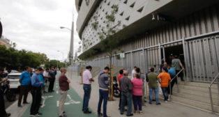 Colas en las taquillas del Benito Villamarín durante la campaña de abonos 18-19 (Foto: Juan Flores)
