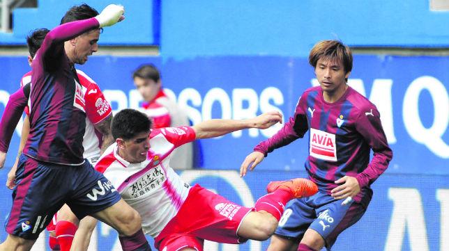 Dani García e Inui, disputan un balón con el delantero Gerard Moreno en un Eibar-Espanyol disputado en Ipurúa (Foto: Félix Morquecho)